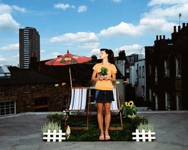 Mädchen auf einem Dachgarten