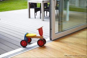 Barrierefreiheit: Kinderwagen fährt ohne Stufe zwischen Terrasse und Wohnung