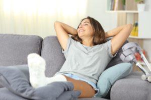Junge Frau entspannt sich auf einem Sofa