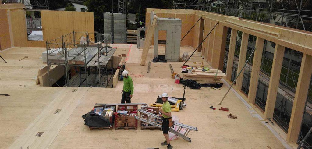 Arbeiter beim Bau eines Holzhauses