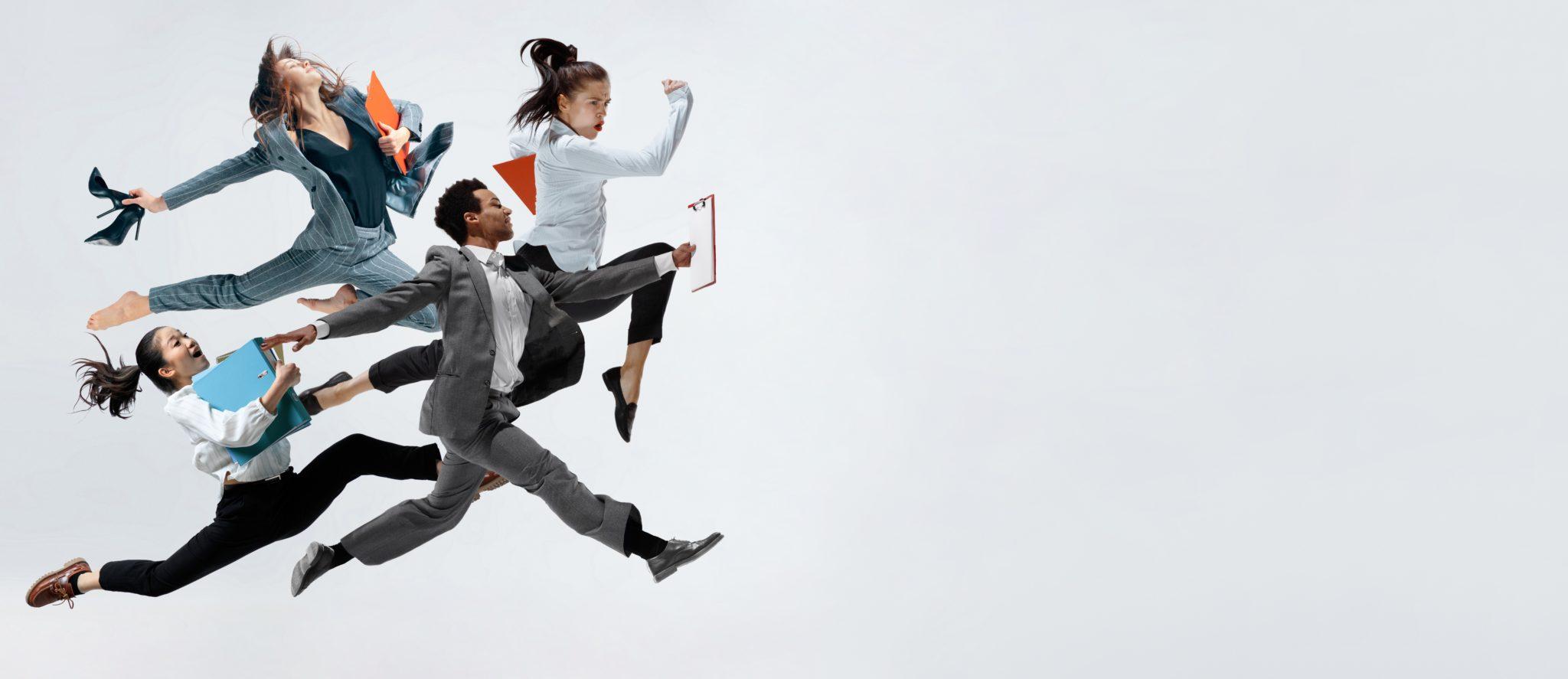 Vier rennende Personen als Metapher für Bewegung