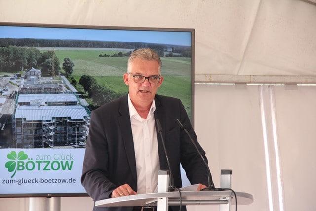 Udo Feiler bei einer Ansprache zu Holzbau in Brandenburg beim Baufest Zum Glück Bötzow, 2.9.2021