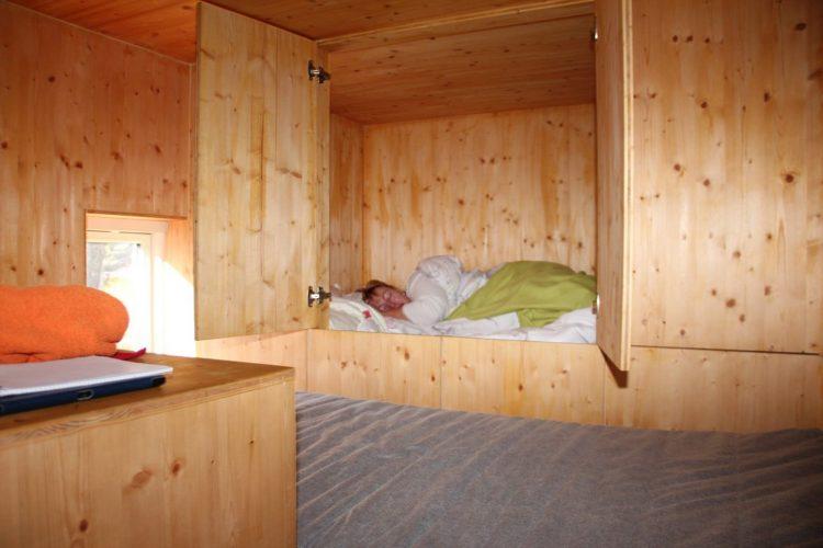 Im Tiny-House-Oberstübchen ist genug Platz zum Schlafen.