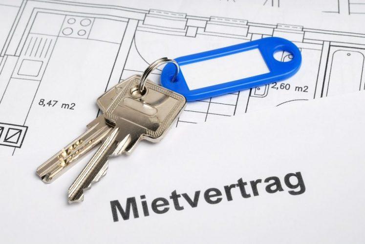Hausschlüssel, Mietvertrag und Bauplan